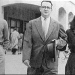 Ernesto Che Guevara con su padre y su hermana saliendo del instituto.